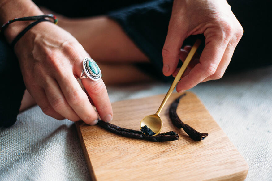 scraping-a-vanilla-bean-seed-pod